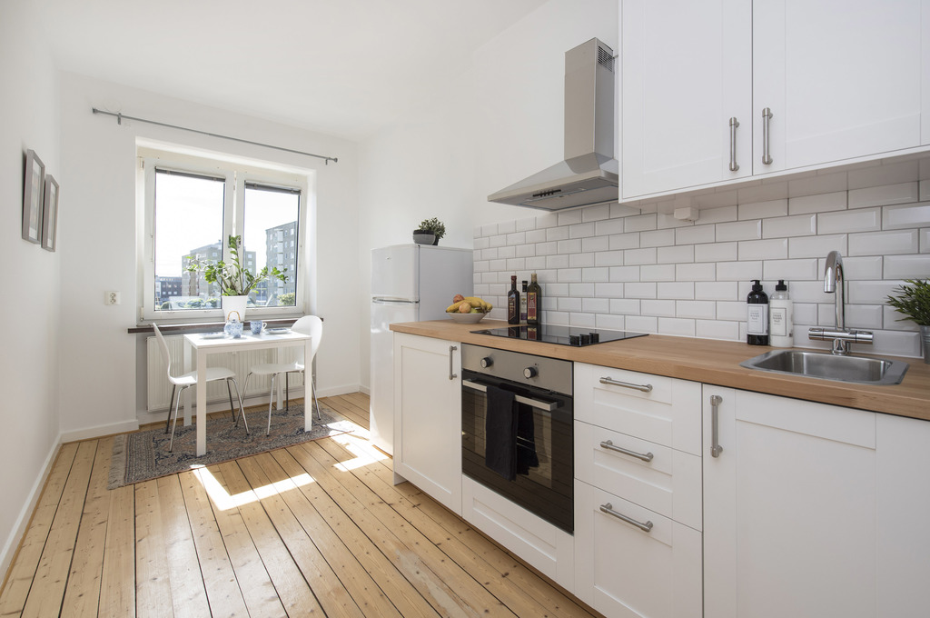 ljus och hemtrevlig 1 5 a med helkaklat badrum och nytt k k s ld livsrum fastighetsf rmedling. Black Bedroom Furniture Sets. Home Design Ideas